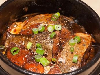 Na pokrm ca kho to se ryby dlouho dusí vhliněné nádobě