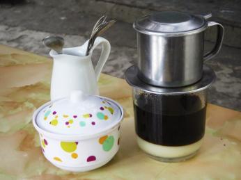 Káva se ve Vietnamu často servíruje skondenzovaným mlékem