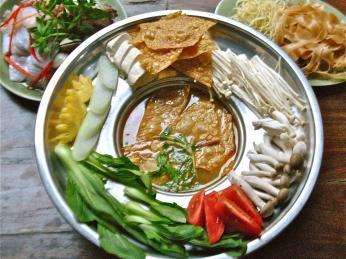Lau se tradičně vaří vkovové nádobě nad žhavými uhlíky