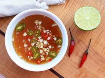 Vietnamské pokrmy doprovází charakteristická vůně omáčky nuoc mam