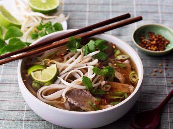 Hovězí polévku pho bo jedí Vietnamci nejčastěji ksnídani