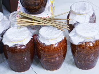 Rýžové víno ruou can kvasí vhliněných soudcích