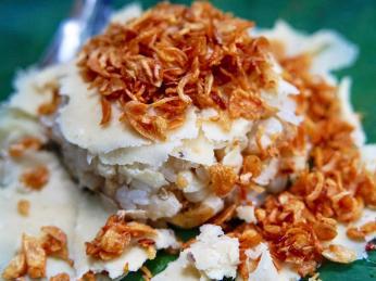 Rýžový pokrm xoi může být například posypaný cibulkou