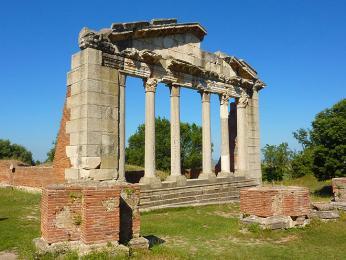 V Apollonii jsou dodnes mnohé památky zdob Římanů