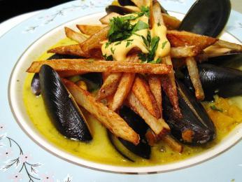 Velkou belgickou vášní jsou moules-frites (slávky jedlé)