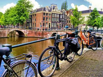 Kola bývají vAmsterdamu běžně přidělaná kzábradlí mostů