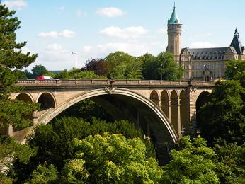 Slavný most Pont Adolphe překlenující údolí řeky Pétrusse vLucemburku