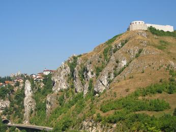 Bílá pevnost tyčící se nad Sarajevem
