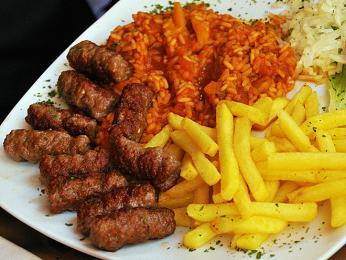 Ćevapi - válečky zmletého masa typické pro Balkán
