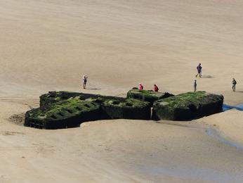 Zbytky pontonových mostů dodnes připomínají vylodění v Normandii