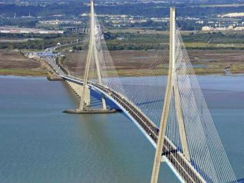 Normandský most přetíná ústí řeky Seiny
