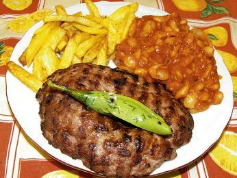 Pljeskavica je typicky balkánská placka zmletého masa