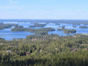 Výhled zvyhlídkové věže Puijo ve městě Kuopio na okolní lesy ajezera