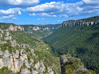 Kaňon řeky Tarn dosahuje hloubky až 600m
