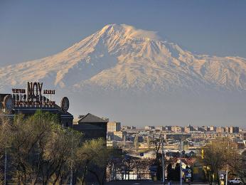 Za dobré viditelnosti se hora Ararat tyčí nad Jerevanem