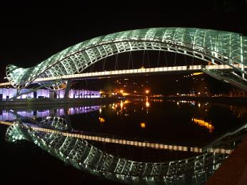 Most míru pro pěší v centru Tbilisi