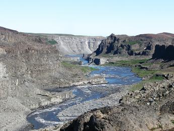 Kaňon Jökulsárgljúfur, kam padá voda ze 44m vysokého vodopáduDetifoss