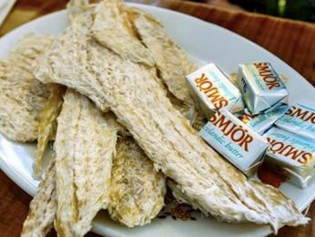 Harðfiskur, neboli sušená treska se křoupe jen tak namazaná máslem