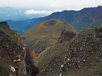 Samostatný kuželovitý útvar uvnitř kráteru Mount Meru vzniklý erupcí