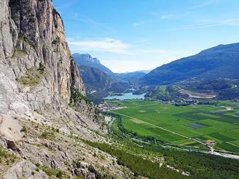 Odměnou za lezení po ferratách jsou krásné výhledy do okolí Lago di Garda