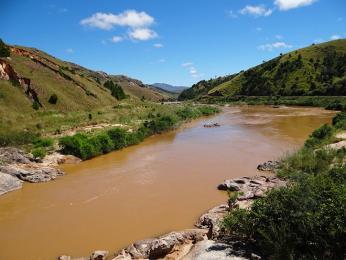 Řeky na Madagaskaru jsou zbarvené smývanou půdou