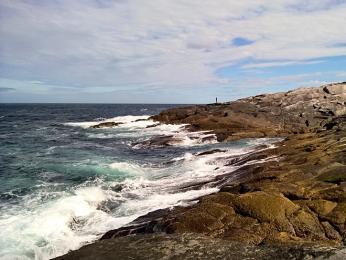 Skalnaté pobřeží útesu Knivskjelodden omývá Severní ledový oceán