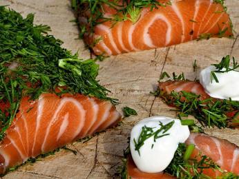Filet ze syrového lososa gravlaks se nakládá dosoli, cukru akopru