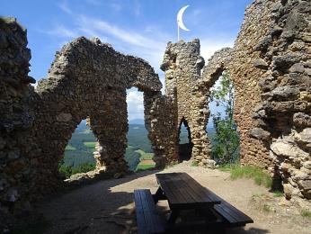 Zřícenina na vrcholu Türkenstur je cílem Pittentallerské ferraty