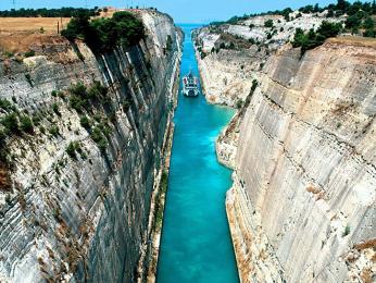 Celková délka Korintského průplavu je přes6km astěny jsou vysoké až 90m
