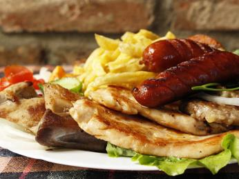 Mešana skara kombinuje oblíbené masové pokrmy na jednom talíři