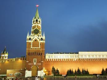 Krásně osvětlené zdi nočního moskevského Kremlu