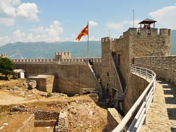 Samuelova pevnost se zachovalými hradbami se tyčí nad městem Ohrid