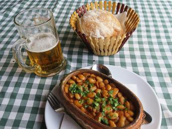 Tavče gravče je tradiční makedonský pokrm z čerstvých fazolí