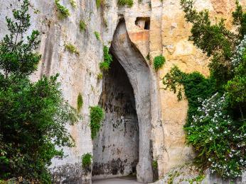 V Syrakusách najdeme umělou jeskyni zvanou Dionýsovo ucho