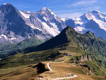 Výhled zMännlichenu na zasněžené vrcholy Eiger, Mönch aJungfrau