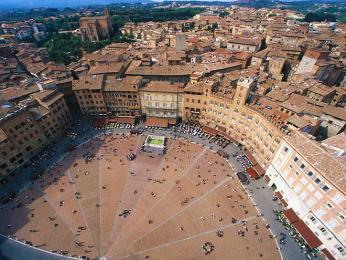 Náměstí Piazza del Campo vcentru Sieny svým tvarem připomíná lasturu