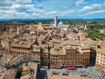 Výhled ze 102m vysokévěže Torre diMangia na město Siena