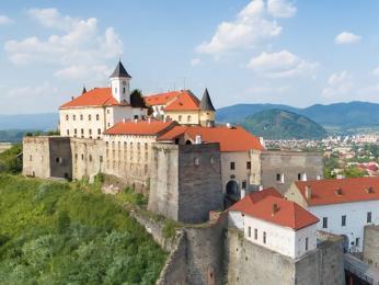 Hrad Palanok se tyčí na návrší nad městem Mukačevo
