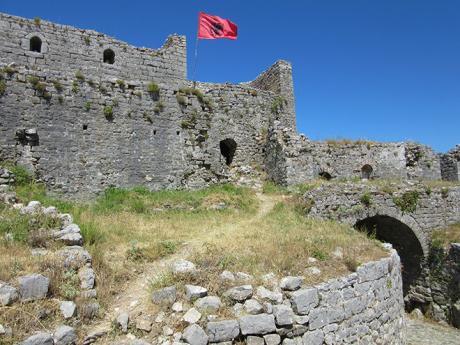 Mohutné hradby pevnosti Rozafa