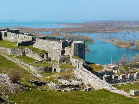 Pevnost Rozafa s majestátní polohou nad Skadarským jezerem