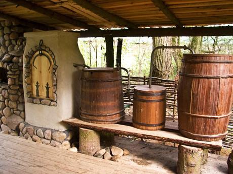 Ve skanzenu Dudutky si můžete prohlédnout původní destilační techniku