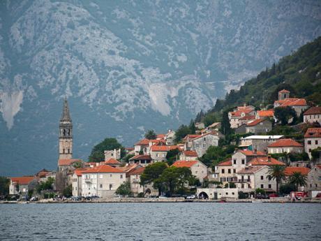 Malebné městečko Perast leží v Kotorském zálivu