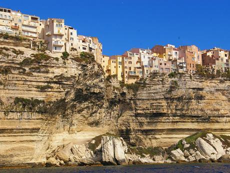 Bonifacio bylo vystavěné na křídové skále nad mořem