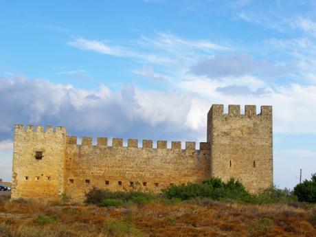 Mohutný hrad ve městě Frangokastello