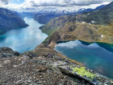 Hřeben Besseggen se táhne mezi norskými jezery Gjende aBessvatnet