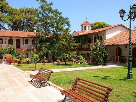 Vnitřní komplex kláštera Faneromeni nabízí příjemné posezení