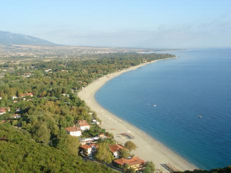 Pláž pod hradem Platamonas