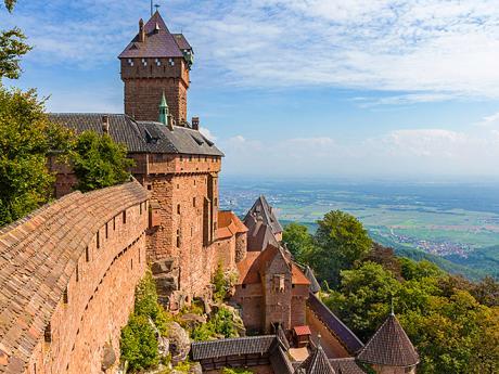 Pískovcový hrad Haut-Koenigsbourg se pyšní mohutnými hradbami
