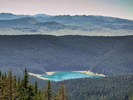Černé jezero u Žabljaku získalo název podle odrazu stromů na hladině