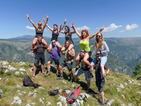 Veselé pózování na vyhlídce Čurovac nad kaňonem Tary